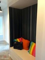 Granatowa tapeta w hallu