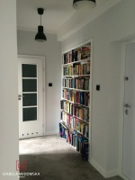 Półki biblioteczne w hallu