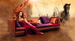 Zima będzie cieplejsza, jeśli zaprosisz do domu kolor tego roku – płomienny Rubin Red. Meble i dekoracje w tym odcieniu prezentują się wyjątkowo gorąco.