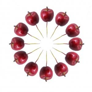 Dekoracja APPLE to kuszące jabłuszka, którymi udekorujesz stół, ale także inne, dowolne miejsca w domu. Wyglądają smakowicie i doskonale wpisują się w zimową aurę. 19 zł. Fot. Home&You