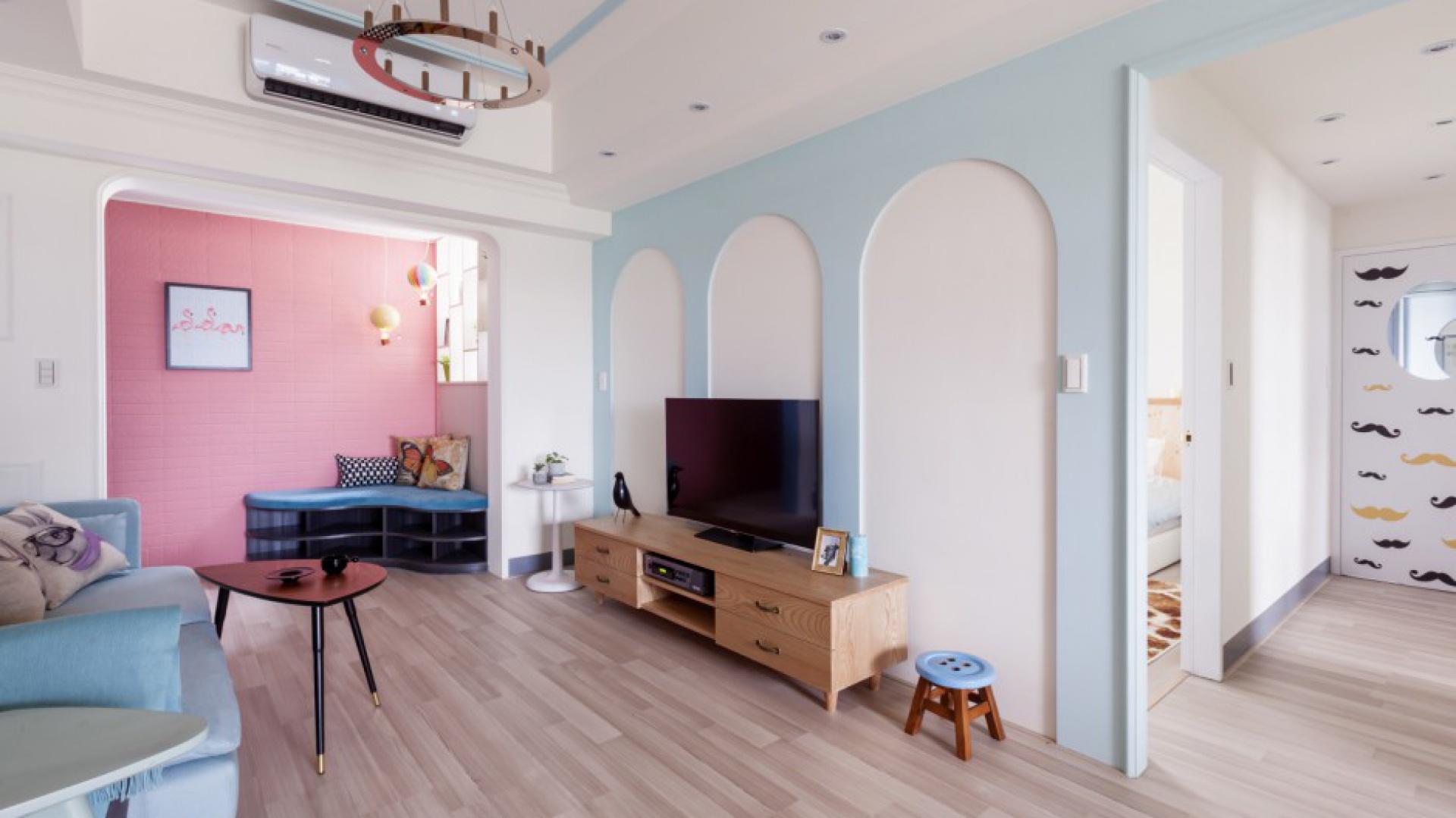 Mimo mnogości użytych kolorów, wnętrze nie jest krzykliwe ani nie przytłacza. Efekt urokliwej, ale delikatnej przestrzeni uzyskano dzięki harmonii intensywnych barw ze stonowanymi pastelowymi kolorami. Równowagę estetyczną zapewniają także bogato użyta biel na ścianach oraz drewno w naturalnej kolorystyce. Fot. Hey! Cheese.