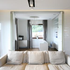 Przy salonie znajduje się gabinet. Został zaprojektowany tak, że może stanowić przedłużenie części wypoczynkowej lub w ciągu jednej chwili stać się całkowicie osobnym pomieszczeniem. Fot. Bartosz Jarosz.