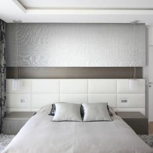 Łóżko oraz ściana za nim stanowiąca jednocześnie zagłówek, wykonane zostały z białej skóry. Fot. Bartosz Jarosz.