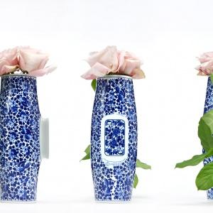 Wazy DELFT BLUE No. 04 (proj. Marcel Wanders) wchodzą w skład niezwykłej kolekcji produkowanej i dekorowanej w Royal Delft – holenderskiej fabryce, gdzie od 1653 roku powstaje słynna ceramika z Delft. Tradycyjne rzemiosło w nowoczesnej interpretacji. Fot. Moooi