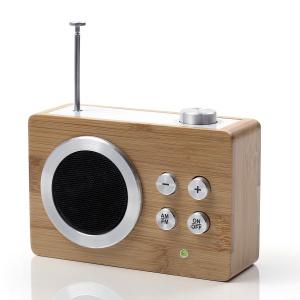 Radyjko MINI DOLMEN z teleskopową anteną i wyszukiwaniem stacji za pomocą pokrętła po podłączeniu do telefonu lub tabletu może swobodnie służyć jako głośnik. Niepowtarzalny design i stylowa oprawa wykonana z bambusa. 248 zł. Fot. Lexon