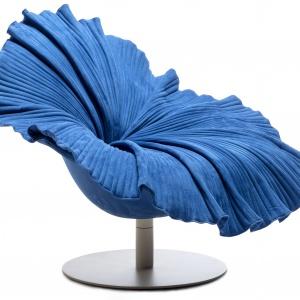 Wyjątkowy, ekstrawagancki fotel BLOOM  wygląda jak okazały kwiat. Forma siedziska z misterną dokładnością oddaje urodę bujnego pąka. Fot. Kenneth Cobonpue