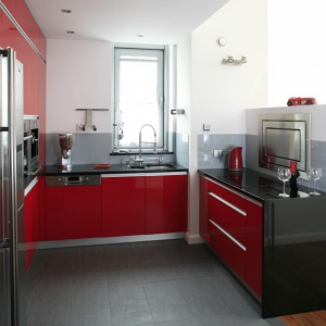 Meble kuchenne w kolorze mocnej czerwień nadadzą przestrzeni oryginalnego charakteru. Projekt: Michał Mikołajczak. Fot. Bartosz Jarosz