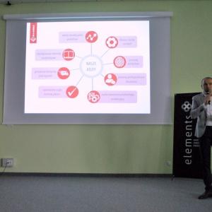 Łukasz Mika z firmy Kratki przedstawił zalety wykorzystania m.in. biokominków we wnętrzach.