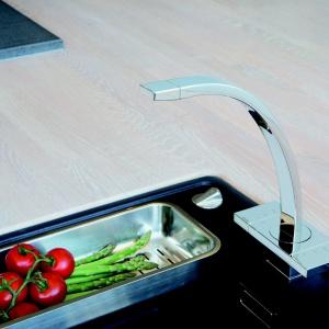Bateria kuchenna G-TYPE, chromowana (dostępna wersja wykończenia - stal), regulacja temperatury i siły strumienia wody głowicami suwakowymi, wylewka obracana w zakresie 120°, elastyczny perlator (łatwość usuwania kamienia). Cena: 3.249,66 zł