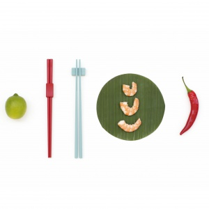 Akcesoria do kuchni smakosza z serii TASTY COLOURS: zestaw do potraw azjatyckich z dwoma kompletami pałeczek z podkładkami oraz uniwersalne szczypce kuchenne wykończone antypoślizgowym silikonem. Fot. Brabantia