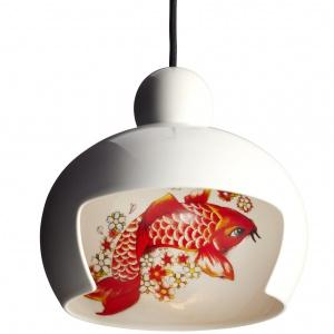 Lampa sufitowa JUUYO jest wyjątkowa z kilku powodów: motyw dekoracyjny (do wyboru z rysunkiem kwiatów brzoskwini lub ozdobnego japońskiego karpia koi) ukrywa we wnętrzu klosza, ale można go podziwiać dzięki specjalnemu wycięciu. 2.978 zł. Fot. Moooi