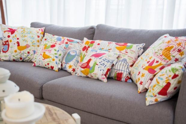 Poduszki dekoracyjne - jak je ze sobą łączyć?