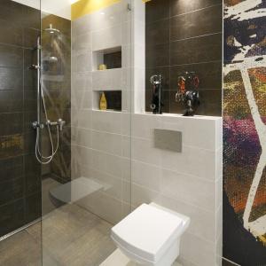 Montaż prysznica bez brodzika pozwoliła zaoszczędzić sporo miejsca w łazience. Projekt: Monika Olejnik. Fot. Bartosz Jarosz