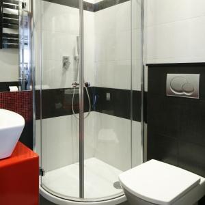 Montaż narożnej kabiny prysznicowej pozwoli na oszczędność miejsca. Projekt: Marta Kilan. Fot. Bartosz Jarosz
