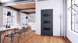 Przeszklenia powodują, że konstrukcja drzwi sprawia wrażenie lżejszej. Nie oznacza to jednak, że jest mniej stabilna.