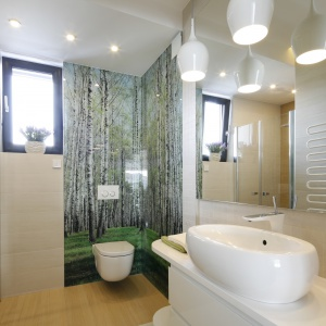 Łazienka jest niewielka, ale dzięki jasnej kolorystyce wydaje się optycznie większa. Prysznic umieszczono we wnęce, co pozwoliło na oszczędność miejsca. Projekt: Renata Modrzyńska-Kasiak. Fot. Bartosz Jarosz