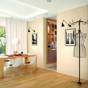 Niewielka jadalnia ma w sobie wiele uroku. Prosty drewniany stół i  nowoczesne meble w połączeniu z modną lampą, dały niezwykle ciekawy efekt. Fot. Pracownia Projektowa Archipelag