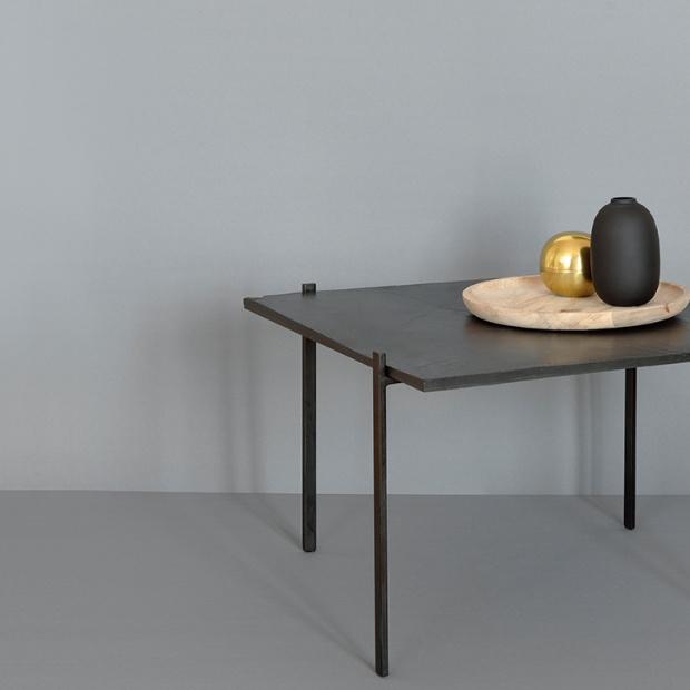 Stolik z metalu, kamienia i skóry – design czerpiący z natury