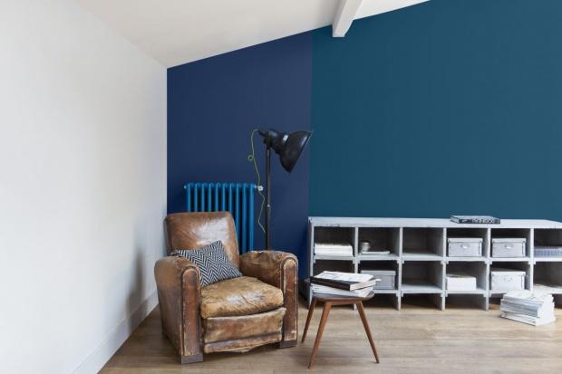 Ciemne kolory wcale nie muszą oznaczać rezygnacji z rozświetlonych ścian. Wystarczy wybrać farby z głębokim efektem satynowym.