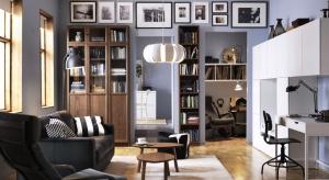 Domowy salon to idealnie miejsce spotkania literatury i dobrego designu. Pojemne regały, oryginalne półki oraz wygodne fotele pozwolą stworzyć wymarzony kącik do czytania.