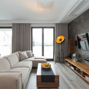 130-metrowy apartament w Krakowie należy do małżeństwa z dwójką dzieci. Na pierwszym poziomie mieszkania znajduje się salon połączony z kuchnią, hol, z którego przechodzi się do gabinetu i łazienki oraz schody prowadzące na piętro. Fot. Archissima/Dekorian