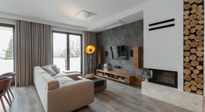 Krakowski apartament został pomyślany jako kontrpropozycja dla bieli. Znajdziemy w nim interesującą paletę, której przewodzi czerń.