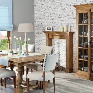 W odróżnieniu od stylu prowansalskiego w estetyce rodem z środkowych Włoch królują meble o ciemniejszym wybarwieniu drewna. Tu witryna Josephine 2-drzwiowa. Fot. Dekoria