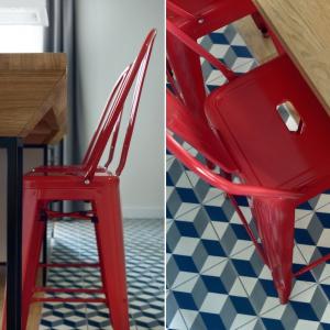 Na podłodze w kuchni i przedpokoju ułożono biało-niebieską terakotę z symetrycznym wzorem firmy VIVES 1900 Guell. Wzory mieszają się ze sobą, ale nie wprowadzają zamieszania. Fot. JTgrupa