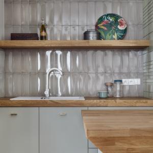 Nad blatem w kuchni zamocowano modne kafle z wypukłym wzorem. Fot. JTgrupa