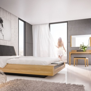 Nowoczesna linia wzornicza z subtelnym rysunkiem brył wyróżnia sypialnię MAGANDA. Meble wykonane z litego drewna i naturalnej okleiny dębowej w połączeniu z elegancką czernią lakierowanych powierzchni i tkaniny obiciowej. Fot. Mebin
