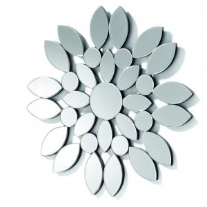Poszczególne elementy lustra UOMAS przypominające kwiatowe płatki zmienią je w niebanalną i niezwykle efektowną dekorację wnętrza; śr. 80 cm. Fot. La Forma /Le Pukka Concept Store