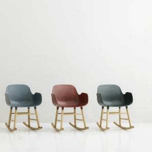 Nowoczesne fotele bujane Form dostępne w różnych kolorach.  Fot. Normann Copenhagen