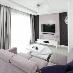 Niewielki biały salon ożywiono gustowną tapetą i ciekawą formaąstolika kawowego. Projekt: Katarzyna Mikulska-Sękalska. Fot. Bartosz Jarosz