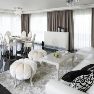 Salon w stylu galmour. Białe wnętrze, na czele z pięknymi meblami stanowią niezwykle udaną kompozycje. Projekt: Katarzyna Uszok. Fot. Bartosz Jarosz