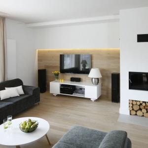 Ścianka telewizyjna i  kominek to zwykle centralne punkty salonu. Projekt: Małgorzata Galewska. Fot. Bartosz Jarosz