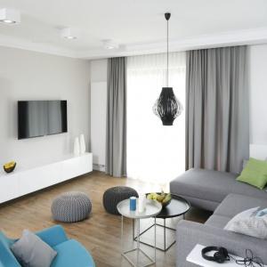 Niewielki salon możemy optycznie powiększyć stosując jasne barwy ścian. Projekt: Małgorzata Galewska. Fot. Bartosz Jarosz
