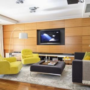 Ciepłe miodowe drewno na ściance telewizyjnej nadają niezwykłego ciepła temu salonowi. Projekt: Konrad Zduński. Fot. Mariusz Purta/P2