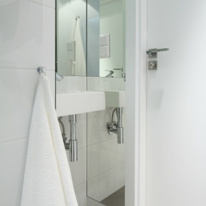 Wąska łazienka z prysznicem. Projekt: Anna Maria Sokołowska. Fot. Bartosz Jarosz