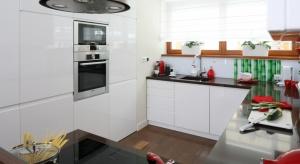 Sposobów na bezuchwytowe otwieranie i zamykanie szafek kuchennych jest kilka. Możemy je zastosować zarówno do mebli zamawianych, jak też skorzystać z rozwiązań proponowanych przez producentów mebli. Zobaczcie nasze propozycje.