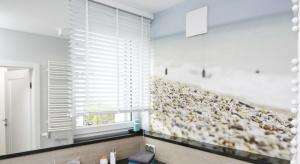 Fototapeta to coraz częstszy sposób na dekorację łazienki. Nasz ekspert podpowiada na co zwrócić uwagę przygotowując ściany w tym wnętrzu.