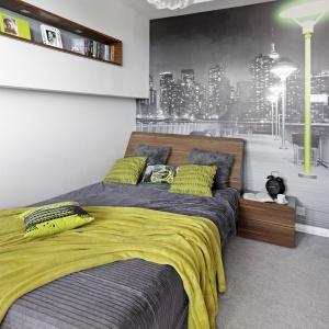 Fototapeta z motywem nocnego miasta umieszczona na ścianie za łóżkiem nadała wnętrzu charakter, narzucając również kolorystykę dodatków. Fot. Bernard Białorucki