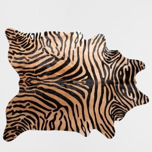 SKÓRZANY DYWAN z wzorem imitującym skórę zebry wniesie do aranzącji nieco ekstrawagancji. 1.999 zł, Zara Home,