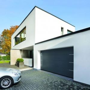 Otoczenie Domu. Tytuł Dobry Design – Garażowa brama segmentowa LPU 40 z ozdobnymi intarsjami/Hörmann