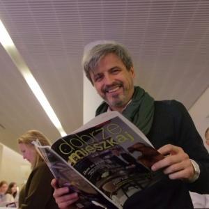 Piotr Polk - gwiazda aktualnego wydania magazynu Dobrze Mieszkaj - wziął także udział w organizowanym przez magazyn Dobrze Mieszkaj Forum Dobrego Designu. Na naszej scenie opowiadał o swojej pasji do mebli, które projektuje  już od 21 lat. Fot. Piotr Waniorek.