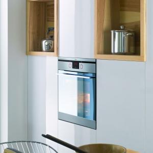W piekarnikach EB8564 INTEGRA zastosowano blokadę drzwi, która uniemożliwia dzieciom przypadkowe otwarcie urządzenia. Fot. Amica
