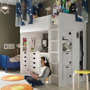 Łóżko na antresoli STUVA to kompletne rozwiązanie do pokoju ucznia. Łączy biurko, szafę i regał w jednym. 1.420 zł. Fot. IKEA