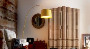 Duża szafa systemowa zamontowana w salonie to często najlepsze rozwiązanie, tak pod względem funkcjonalnym, jak i estetycznym.