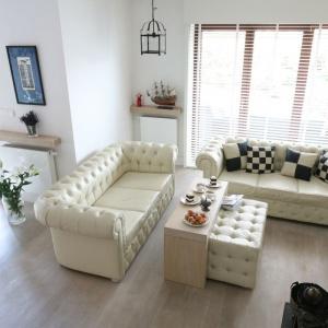 Białe ściany optycznie powiększają pomieszczenia. Warto je zastosować w małych mieszkaniach. Projekt: Monika Włodarczyk, Jarosław Jończyk. Fot. Bartosz Jarosz