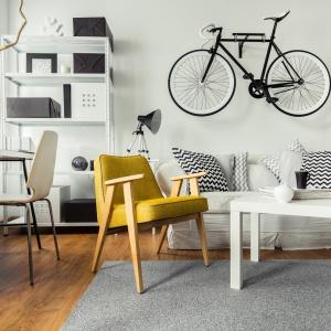 Dziś biel to także sprawdzony sposób na rozjaśnienie wnętrza i ponadczasowość, która przez brak zdefiniowanej barwy ścian może być w rozmaity sposób zdobiona dodatkami. Fot. Dekoral