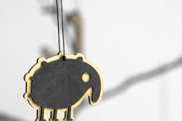 Drewniane złoto - czarne zawieszki: geometryczne wzory, kosmiczne motywy, piękne w swojej brzydocie monstery- to wyjątkowe propozycje na dekoracje świąteczne. .